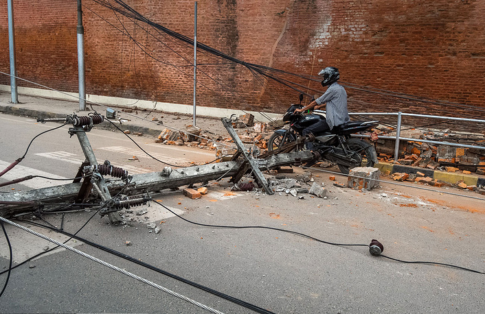 """Свет и связь в Катманду перестали работать сразу. Мобильная связь появлялась урывками до нового удара в три часа дня 26 апреля, затем """"упала"""" на сутки и окончательно заработала 29 апреля. Электричество частично восстановили 28 и 29 апреля"""