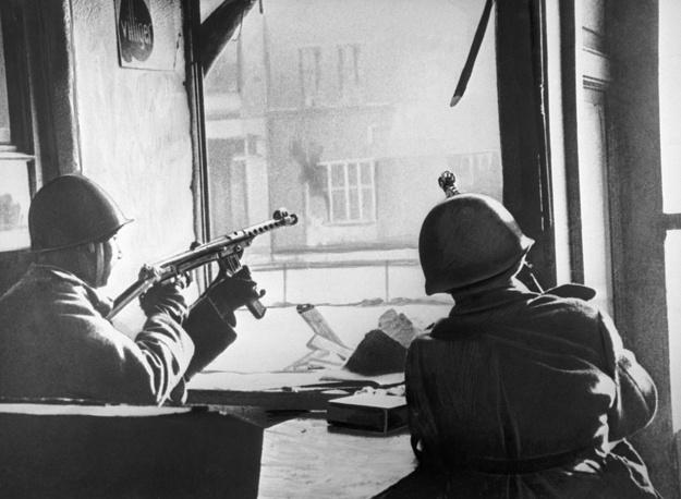 К 15 часам 2 мая сопротивление Берлинского гарнизона полностью прекратилось, и к исходу дня весь город был занят советскими войсками