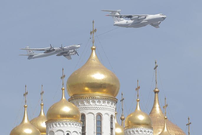Самолет-заправщик Ил-78 и стратегический бомбардировщик-ракетоносец Ту-95