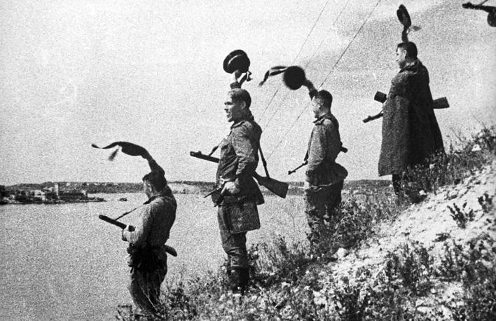 Советские моряки на Корабельной стороне освобожденного Севастополя, 1944 г