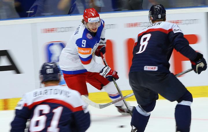 Нападающий сборной Словакии Милан Бартович, нападающий сборной России Артемий Панарин и защитник сборной Словакии Михал Серсен (слева направо)