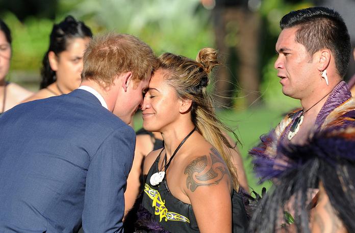 Принц Гарри во время церемонии касания носами с представительницей племени маори, Веллингтон