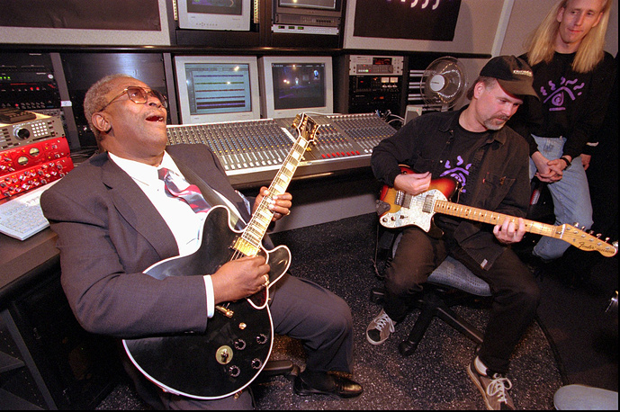 """Легендарный исполнитель блюза Би Би Кинг играет на своей гитаре """"Люсиль"""" джем-сейшн в прямом эфире, 1997 год"""