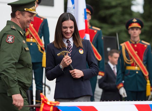 Двукратная олимпийская чемпионка, инструктор по легкой атлетике российской армии, капитан Елена Исинбаева