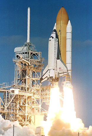 """16 января 2003 года при запуске из Космического центра им. Кеннеди на мысе Канаверал (штат Флорида) шаттла """"Колумбия"""" кусок теплоизоляции кислородного бака повредил теплоизоляцию крыла корабля. Это привело к катастрофе """"Колумбии"""" 1 февраля 2003 года при возвращении на Землю. Погибли семь человек - шесть астронавтов NASA (США) и первый астронавт Израиля"""