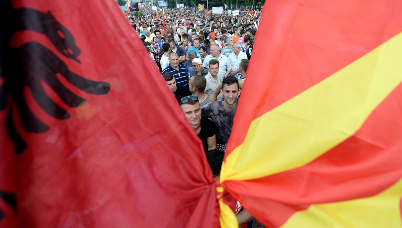 14 мая премьер-министр Македонии Никола Груевский по итогам переговоров с лидерами оппозиционных партий  заявил, что не планирует подавать в отставку. На фото: митингующие с албанским и македонским флагами