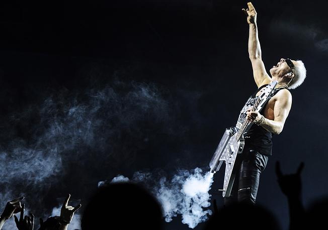 """Гитарист группы Scorpions Рудольф Шенкер во время концерта на арене """"Уралец"""" в Екатеринбурге"""