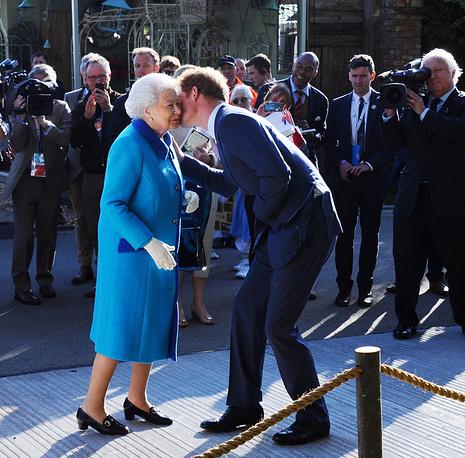 Королева Великобритании Елизавета II с внуком принцем Гарри