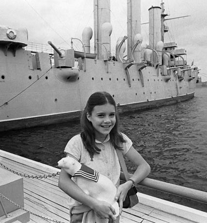 """Американская школьница Саманта Смит с сувениром, подаренным ей экипажем крейсера """"Аврора"""", 1983 год"""