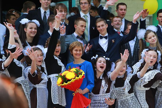 Выпускники школы №7 фотографируются с учительницей во время последнего звонка, Иваново