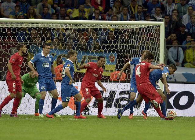 """После пропущенного мяча """"Севилья"""" завладела преимуществом, которое вылилось в гол Гжегожа Крыховяка (№4, справа)"""