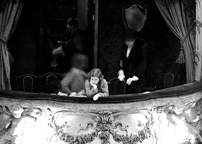 Британская принцесса Елизавета (будущая королева Елизавета II) в лондонском театре Лицеум, 1935 год
