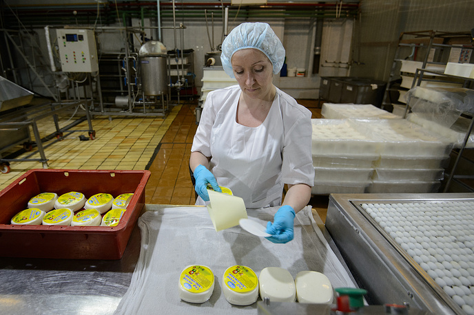 Работники цеха фасуют, упаковывают и взвешивают готовую продукцию