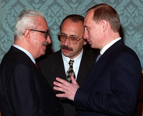 В 1979-2003 гг. - вице-премьер Ирака (курировал вопросы внешней политики). В 1983-1991 гг. и 2001-2003 гг. - министр иностранных дел. Неоднократно посещал СССР и Российскую Федерацию, в последний раз приезжал в Москву в январе 2002 г.  На фото: Тарик Азиз и Владимир Путин на встрече в Москве, 1999 год