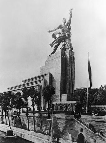 """Выставка в Париже в 1937 г. проходила под девизом """"Искусство и техника в современной жизни"""".  На фото: советский павильон на выставке"""