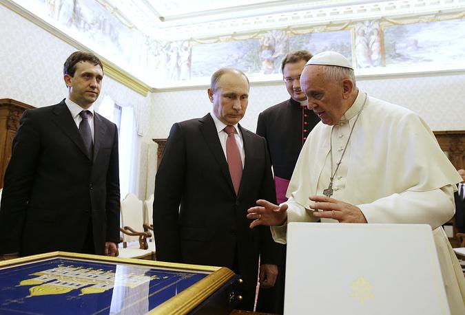 После этого президент РФ посетил Ватикан и Рим, где состоялись его встречи с папой римским Франциском и президентом Италии Серджо Маттареллой. На фото: Владимир Путин и папа римский Франциск
