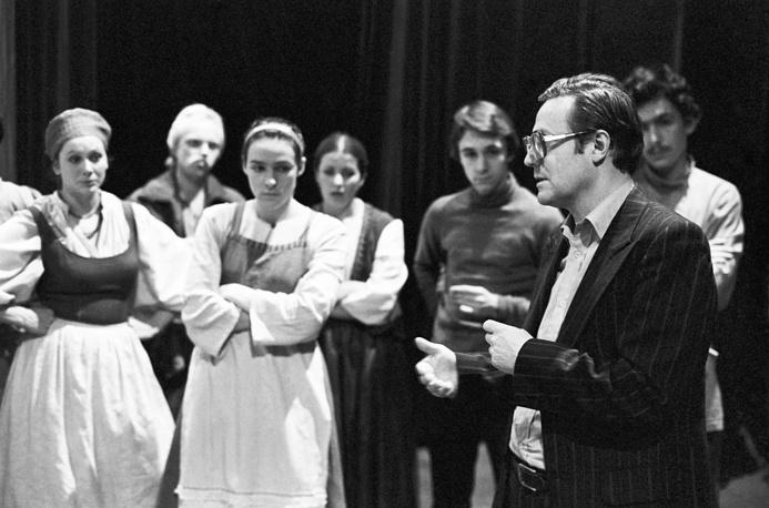 Художественный руководитель IV курса театрального училища имени М.С.Щепкина Юрий Соломин дает последние напутствия студентам перед дипломным спектаклем, 1982 год