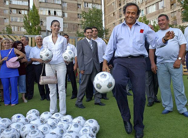 С 1992 года Мишель Платини начал административную работу в футбольных руководящих органах. В период с 1992 по 1998 год он был со-президентом оргкомитета по подготовке ЧМ-1998