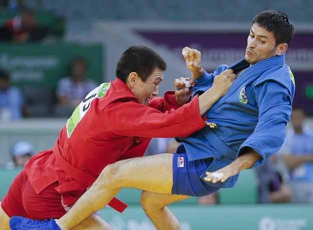 Самбисты Аймерген Аткунов (Россия, слева) и Ислам Гасумов (Азербайджан) на соревнованиях в Баку