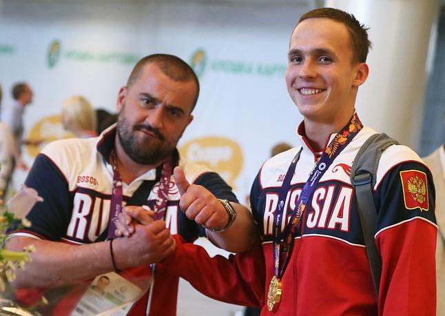 Антон Чупков (справа), завоевавший золотую медаль в соревнованиях по плаванию на дистанции 200 м брассом