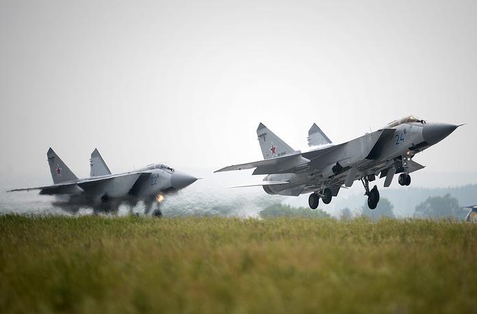 Истребители-перехватчики МиГ-31 во время авиационного фестиваля
