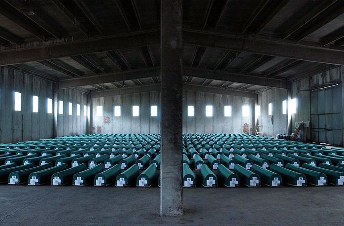 В мае 2013 года президент Сербии Томислав Николич принес извинения за преступления против боснийских мусульман, совершенные в 1992-1995 гг., отказавшись при этом признать события в Сребренице геноцидом. На фото: гробы с телами жертв резни в Сребренице. 10 июля 2004 года
