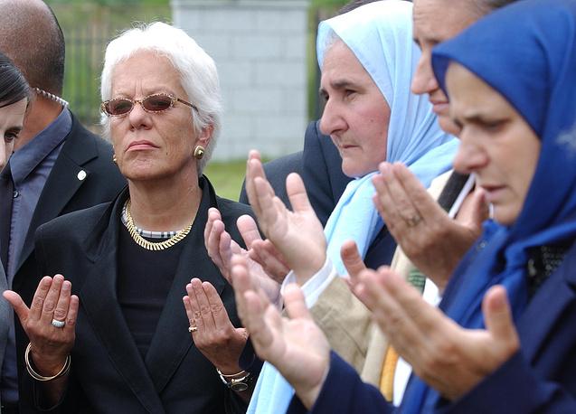 """В июне 2007 года общественная организация родственников жертв событий в Сребренице """"Матери Сребреницы"""" подала иск в окружной суд Гааги против ООН, в котором миротворцы обвинялись в том, что не смогли предотвратить убийства.  На фото: прокурор Международного трибунала ООН по бывшей Югославии Карла дель Понте (слева) читает молитву вместе с женщинами, которые потеряли своих родственников во время событий в Сребренице. 2 июня 2004 года"""