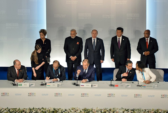 По итогам саммита БРИКС было подписано шесть документов. На фото: церемония подписания документов. Слева направо - президент Бразилии Дилма Руссефф, премьер-министр Индии Нарендра Моди, президент РФ Владимир Путин, председатель КНР Си Цзиньпин, президент ЮАР Джейкоб Зума