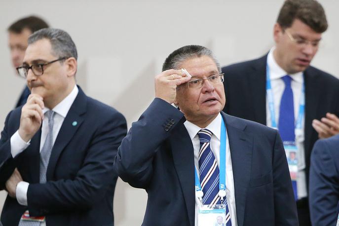 Заместитель главы МИД РФ Игорь Моргулов и министр экономического развития РФ Алексей Улюкаев (справа)