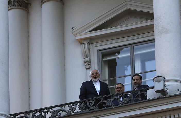 """Глава МИД Ирана Мохаммад Джавад Зариф (слева) на балконе отеля """"Кобург"""""""