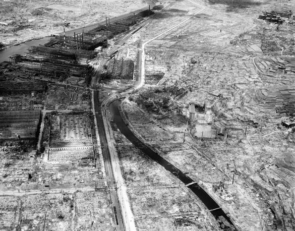 Вид сверху на разрушенный город Нагасаки