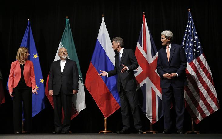 """14 июля Иран и """"шестерка"""" официально объявили о принятии Всеобъемлющего плана совместных действий, который должен быть утвержден в СБ ООН. План предусматривает снятие санкций с Тегерана в обмен на его отказ от военных ядерных программ. На фото: верховный представитель ЕС по иностранным делам и политике безопасности Федерика Могерини, министр иностранных дел Ирана Мохаммад Джавад Зариф, министр иностранных дел Великобритании Филип Хаммонд и госсекретарь США Джон Керри"""