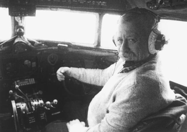 Леонид Якубович за штурвалом самолета Ли-2, сохранившегося еще со времен Великой Отечественной войны, 1999 год