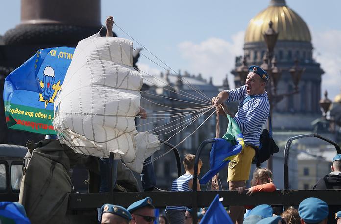 Празднование Деня десантника на Дворцовой площади в Санкт-Петербурге