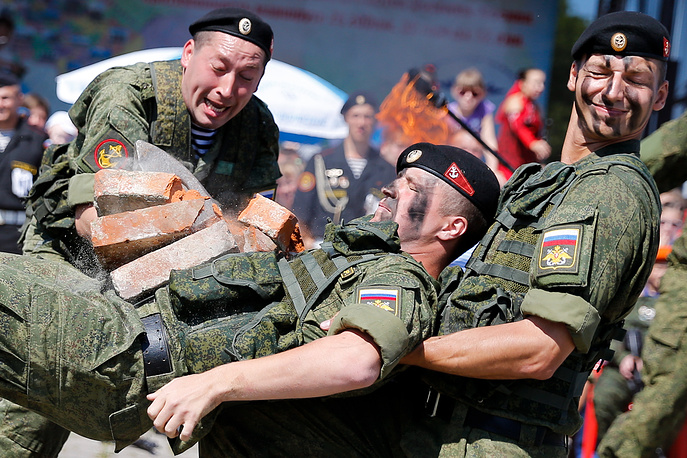 Выступление морских пехотинцев на праздновании Дня Воздушно-десантных войск в Калининграде