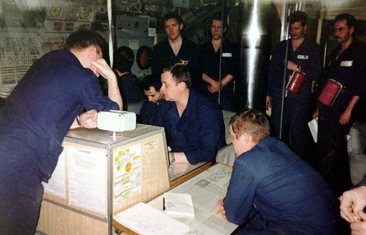 """На центральном посту атомной подводной лодки """"Курск"""", 1999 год"""