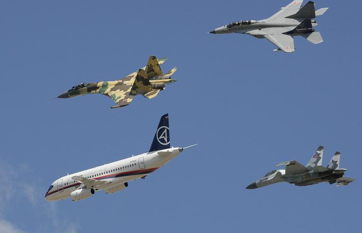 МАКС-2009: среднемагистральный пассажирский самолет Superjet 100 в сопровождении истребителей Су-35, МиГ-35 (вверху слева направо) и Су-30МКИ (внизу справа)