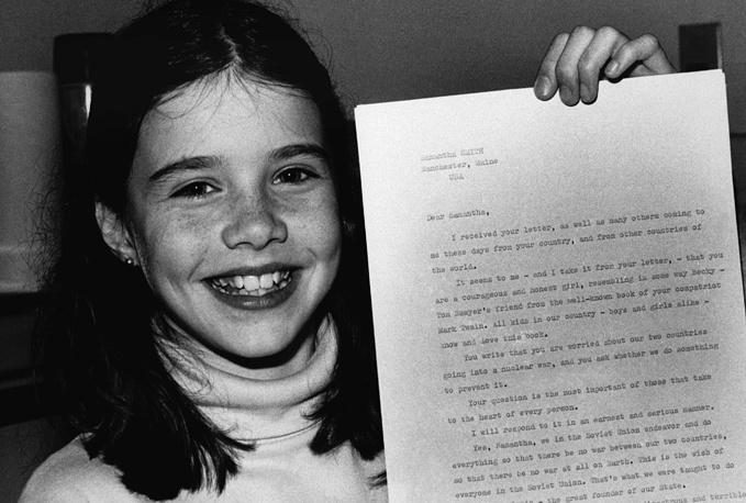 Американская школьница Саманта Смит с письмом Генерального секретаря ЦК КПСС Юрия Андропова, в котором он приглашает ее посетить СССР. США, Манчестер, 1983 год