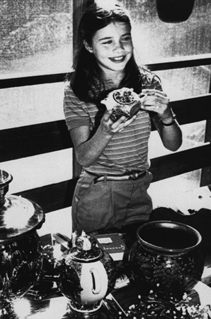 Саманта дома в Манчестере 23 июля 1983 года. В руках она держит один из подарков, который получила от Юрия Андропова во время ее двухнедельного тура по Советскому Союзу