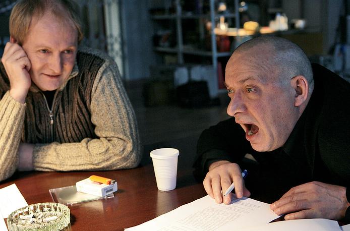 """Актеры Виктор Вержбицкий и Сергей Арцибашев (слева направо) на репетиции перед съемками фильма Никиты Михалкова """"12"""". Лента была номинирована на """"Оскар"""" в 2007 году"""