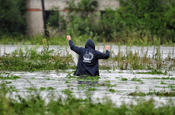 """Приморский край. 31 августа 2015. На одной из улиц села Покровка, затопленных после тайфуна """"Гони"""""""
