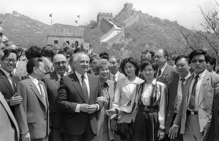 Нормализация советско-китайских отношений началась в середине 1980-х гг., когда генсеком ЦК КПСС стал Михаил Горбачев. На фото: в ходе визита Горбачева с супругой в Китай, 1989 год