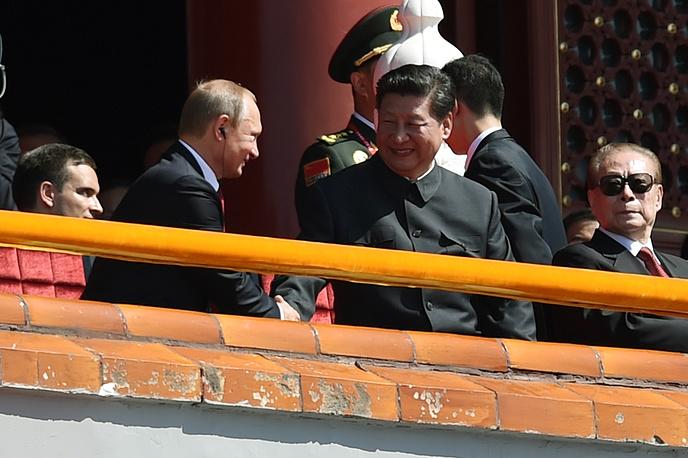 Президент РФ Владимир Путин и председатель КНР Си Цзиньпин во время парада