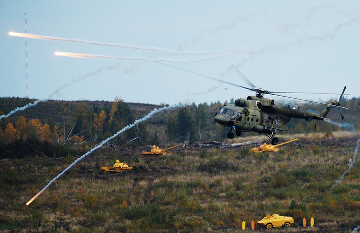 """Вертолет Ми-8АМТШ """"Терминатор"""" ведет огонь неуправляемыми ракетами"""