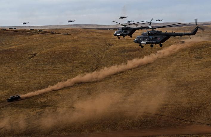 """""""Впервые в ходе учений удалось отработать массовое применение вертолетов, когда в едином боевом порядке действует более 50 единиц воздушной техники, объединенных общим замыслом по решению тактических задач"""", - сказали в Минобороны РФ"""