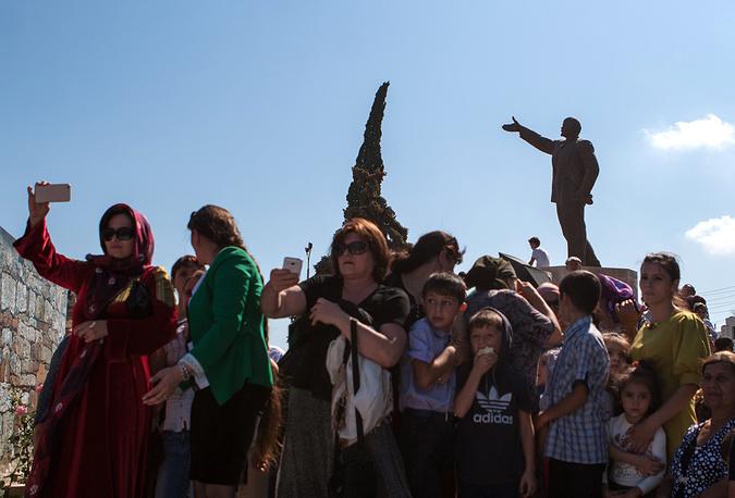 Местные жители во время праздничных мероприятий в честь 2000-летия Дербента на площади Свободы