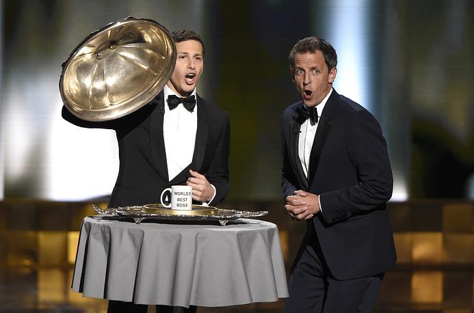 Ведущий церемонии американский комик Энди Сэмберг (слева) и актер Сет Майерс (справа)