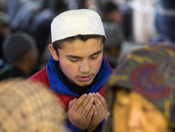 В мусульманской традиции курбаном именуется все то, что приближает человека к Богу. На фото: празднование Курбан-байрама в Омске