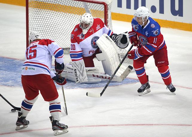 Владимир Путин (на фото справа) во время гала-матча, приуроченного к открытию нового сезона Ночной хоккейной лиги (НХЛ) в Сочи, 2015 год