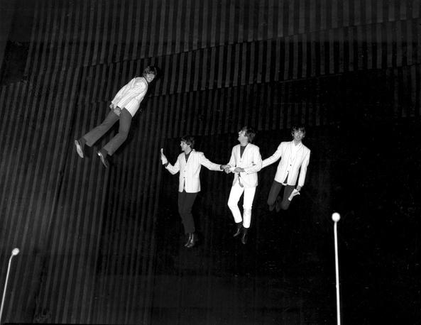 Группа The Beatles во время благотворительной выставки в Лондоне, 1964 г.